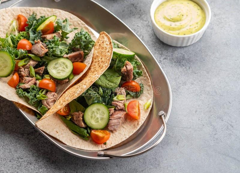 Due taci messicani di carnitas della carne di maiale con le salse e le verdure fotografia stock libera da diritti
