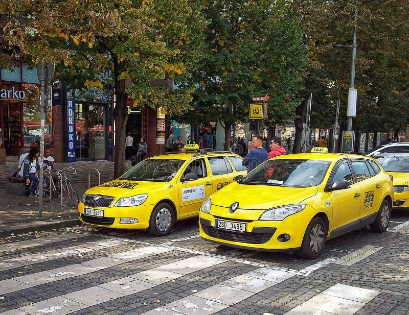 Due tassisti che aspettano i passeggeri a Praga fotografia stock