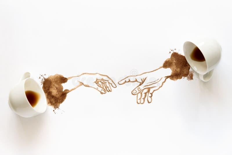 Due tazze del caffè espresso con il disegno della mano corpo a corpo Mani amiche, arte del caffè o concetto creativo Vista superi fotografia stock