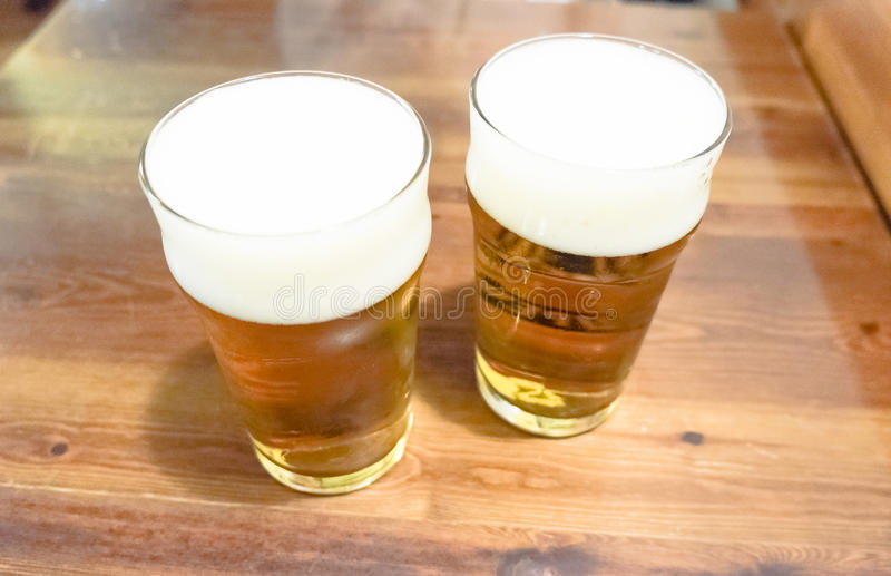 Due tazze di birra immagini stock