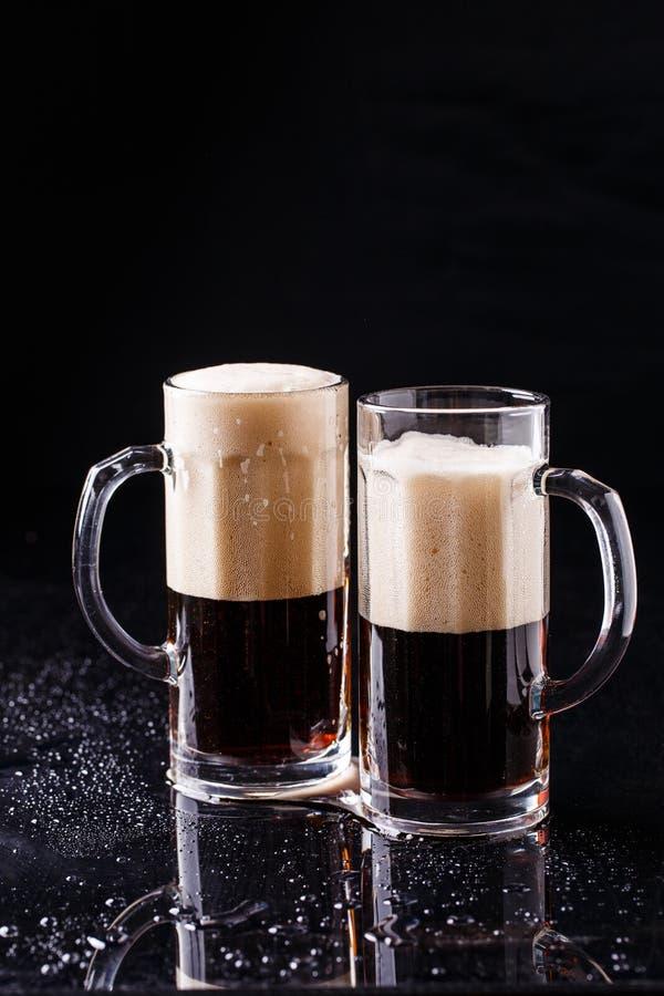 Due tazze di birra spumosa fotografia stock