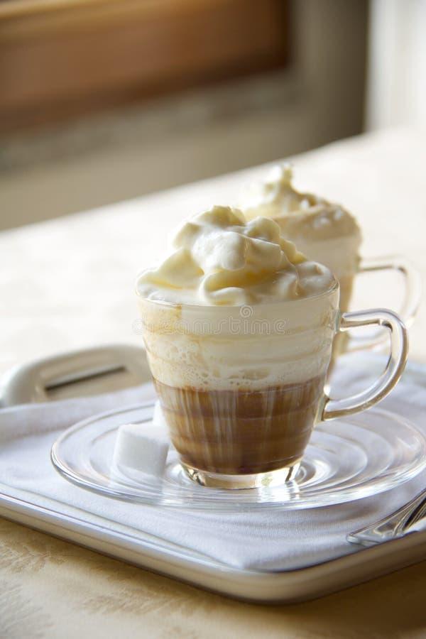 Due tazze di caffè deliziose con panna montata immagini stock libere da diritti