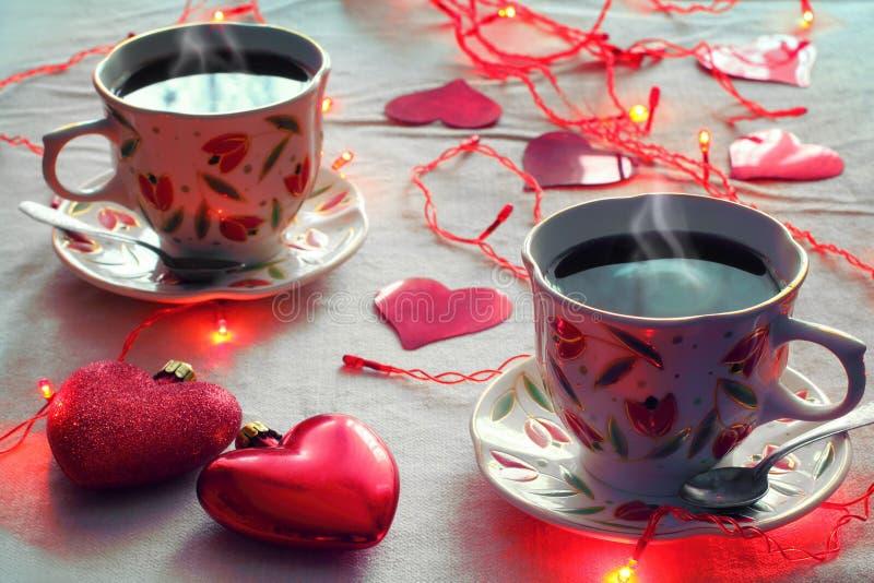 Due tazze di caffè e due cuori immagine stock libera da diritti