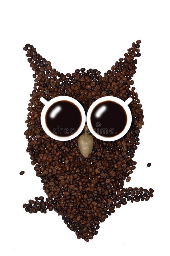 Due tazze di caffè ed un cucchiaino sul fondo dei chicchi di caffè - faccia un gufo immagine stock libera da diritti