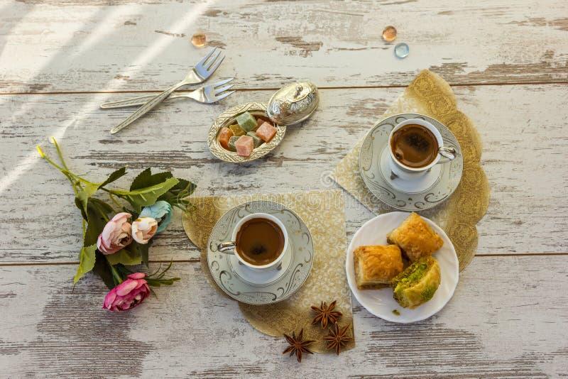Due tazze di caffè turco e del piatto con la vista superiore della baklava immagini stock libere da diritti