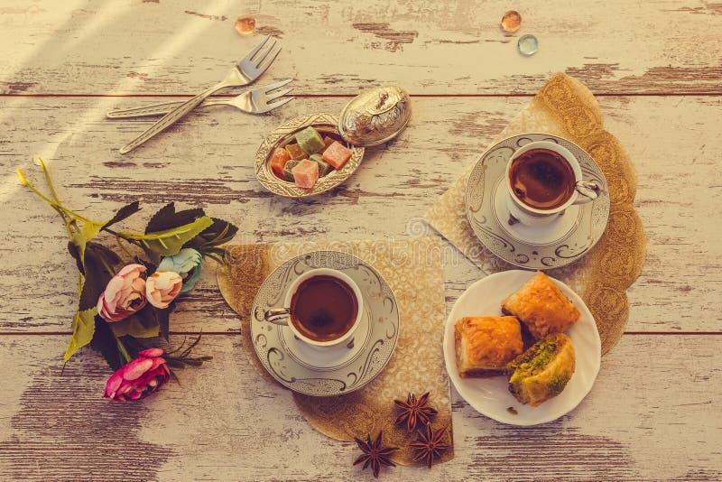 Due tazze di caffè turco e del piatto con la vista superiore della baklava fotografia stock libera da diritti