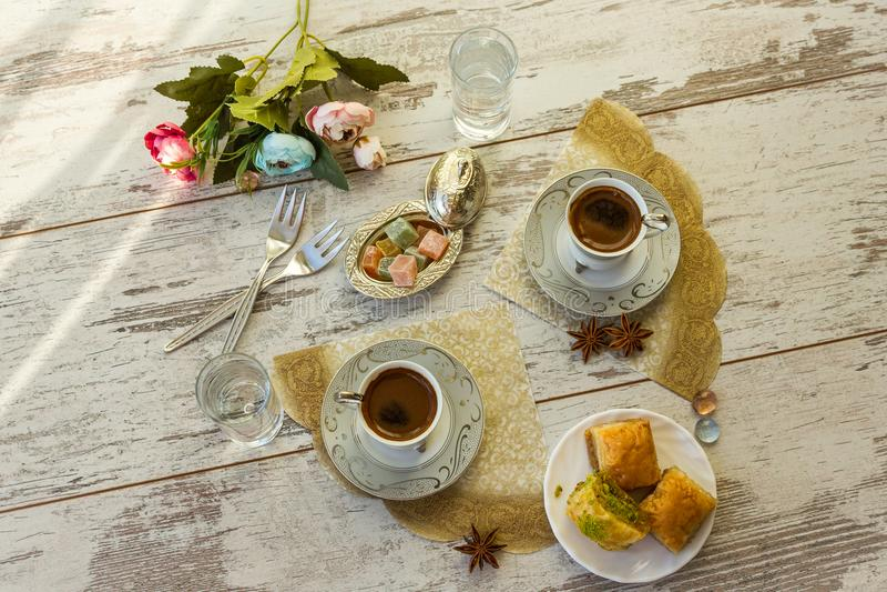 Due tazze di caffè turco e del piatto con la vista superiore della baklava fotografie stock