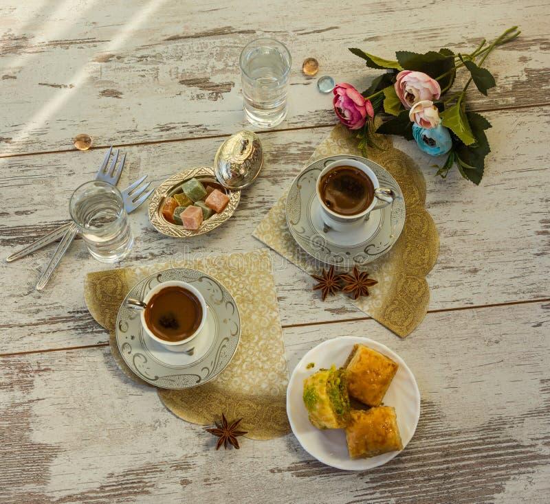 Due tazze di caffè turco e di un piatto con la vista superiore della baklava fotografia stock