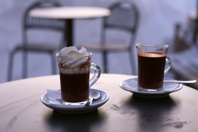Due tazze di cioccolato caldo immagini stock
