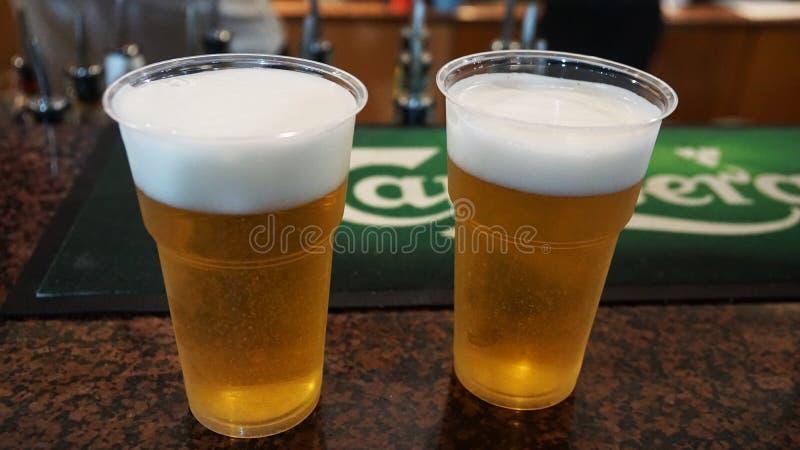 Due tazze di plastica con birra sulla barra nel Cipro fotografie stock