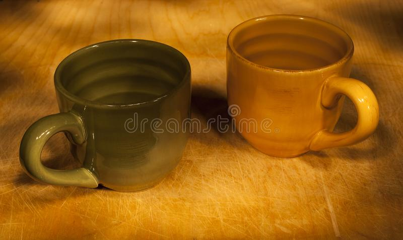 Due tazze dipinte da luce fotografia stock libera da diritti