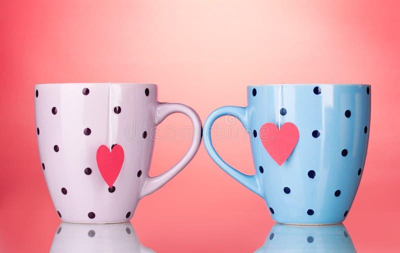 Due tazze e bustine di tè con il contrassegno heart-shaped rosso immagine stock libera da diritti