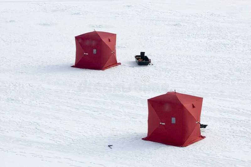 Due tende di pesca del ghiaccio sul lago congelato fotografia stock libera da diritti