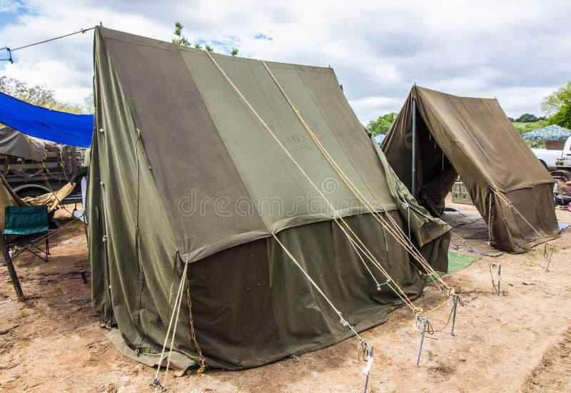 Due tende militari di stile all'evento locale fotografia stock libera da diritti