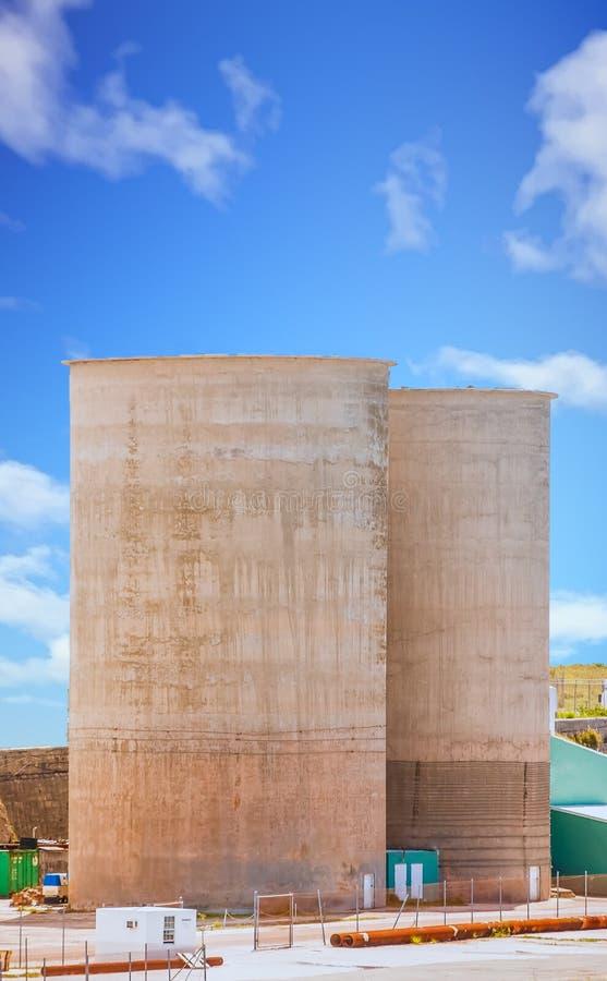 Due tini del cemento fotografie stock