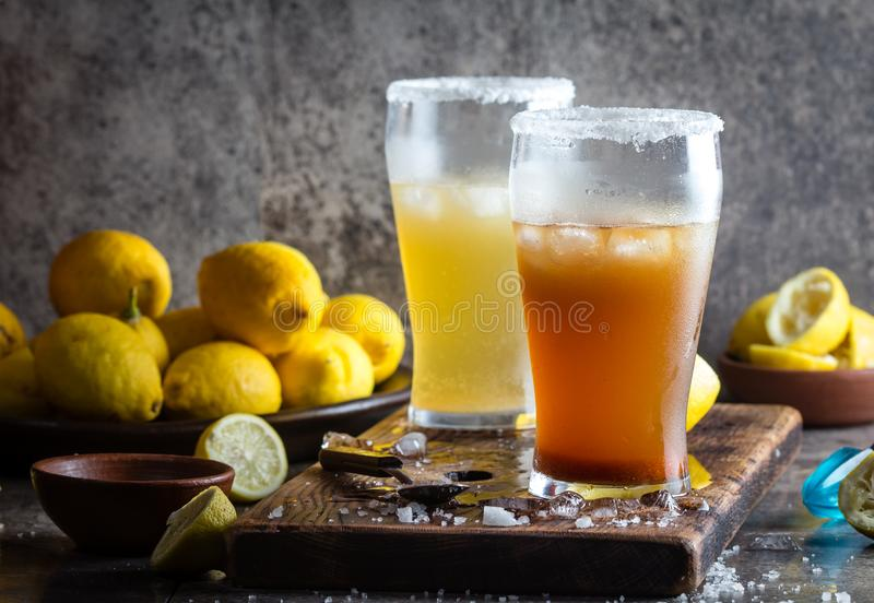 Due tipi di birre dell'America latina bevono Michelada con il succo ed il sale di limone Michelada cileno e messicano piccante fotografia stock libera da diritti