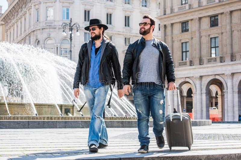 Due tipi sono camminanti e joying fotografie stock