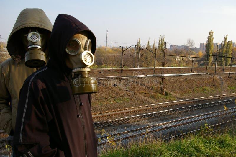 Due tiranti nelle mascherine, levantesi in piedi contro un contesto di immagini stock
