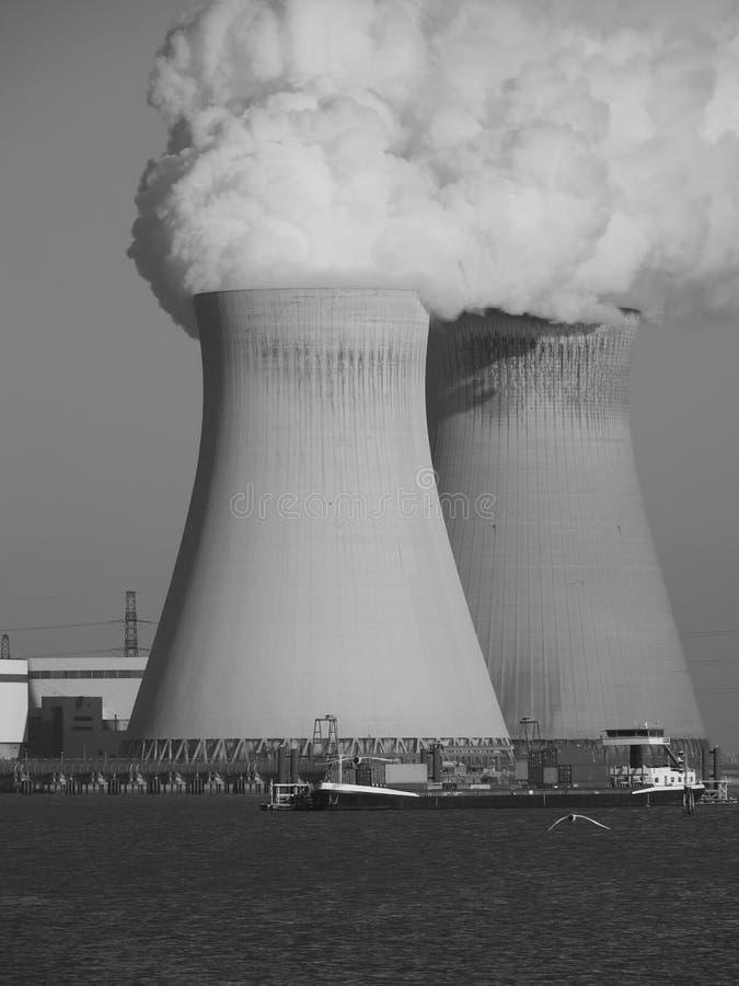 Due torri di raffreddamento di una centrale atomica fotografie stock libere da diritti