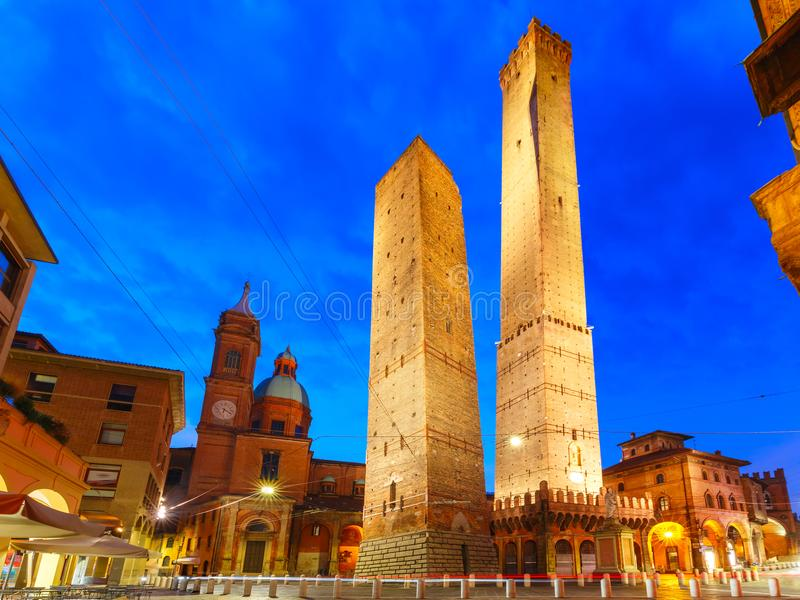 Due torri famose di Bologna alla notte, Italia fotografia stock