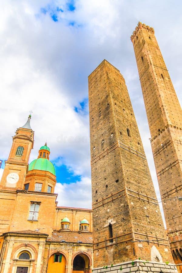 Due torri medievali di Bologna Le Due Torri: Asinelli e Garisenda e chiesa di Chiesa di San Bartolomeo Gaetano immagini stock