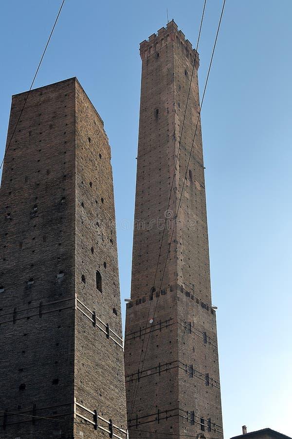 Due torri simboli dovuti di Garisenda e di Torri Asinelli delle torri medievali di Bologna fotografie stock