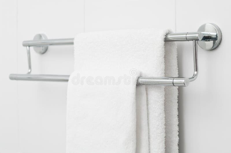 Due tovaglioli di bagno bianchi fotografia stock libera da diritti