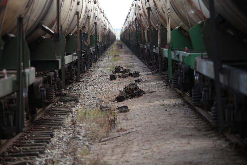 Due treni delle automobili sulla pista fotografia stock