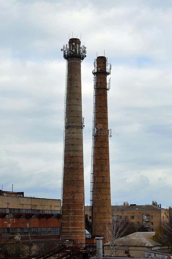 Due tubi n del mattone della fabbrica immagini stock libere da diritti
