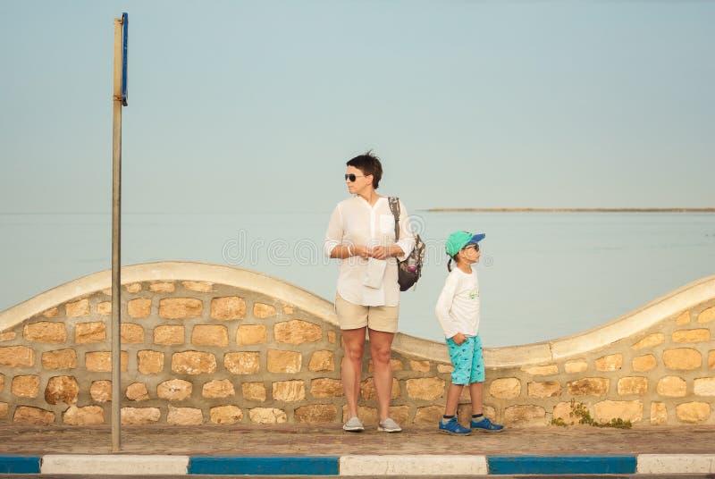 Due turisti stanno cercando il modo corretto Isola Djerba, Tunisia Prima colazione per una persona fotografie stock libere da diritti