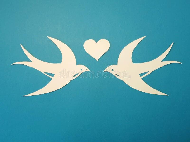 Due uccelli e cuori. Taglio di carta. fotografia stock libera da diritti