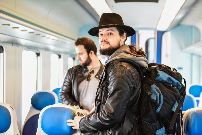 Due uomini bianchi che cercano il sedile perfetto fotografia stock libera da diritti
