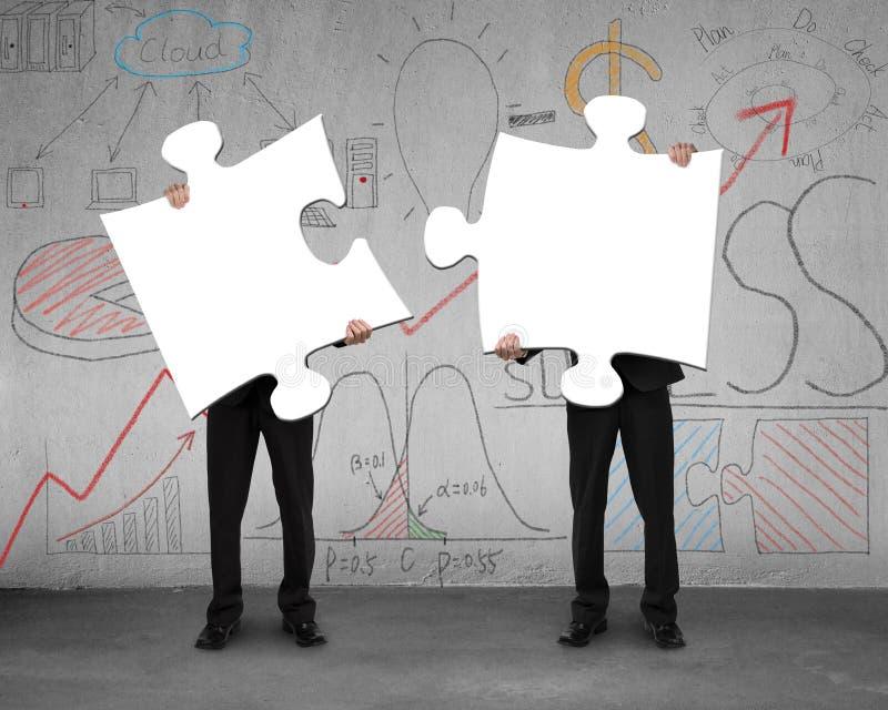 Due uomini che montano i puzzle con l'affare scarabocchia il fondo royalty illustrazione gratis