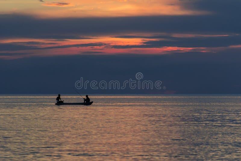 Due uomini che pescano sul mare fotografia stock libera da diritti