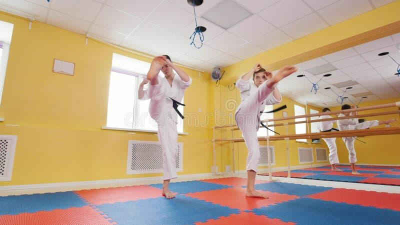 Due uomini che preparano le loro abilit? di aikidi nello studio Formazione della loro scossa immagine stock