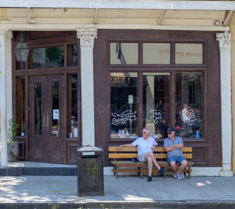 Due uomini che si siedono sul portico fotografie stock libere da diritti