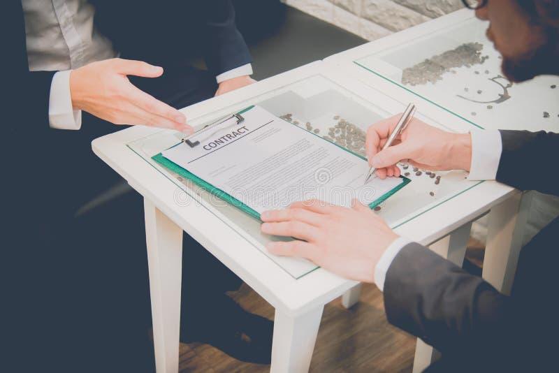 Due uomini d'affari che firmano contatto quando nuovo accordo di partenza di progetto a dell'interno Concetto di firma del contat immagine stock libera da diritti