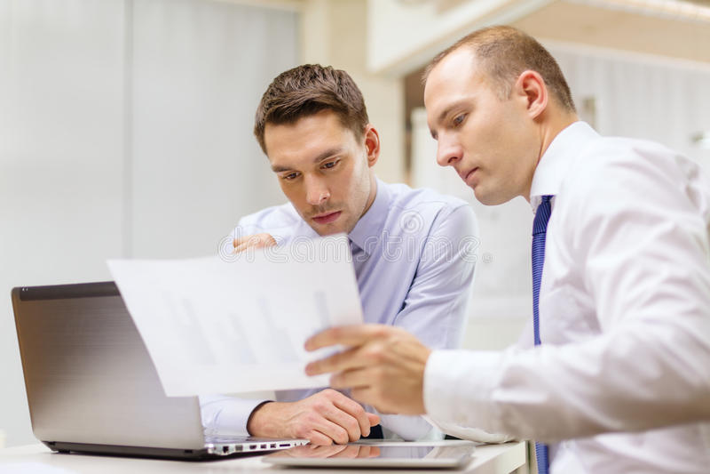 Due uomini d'affari che hanno discussione in ufficio immagini stock