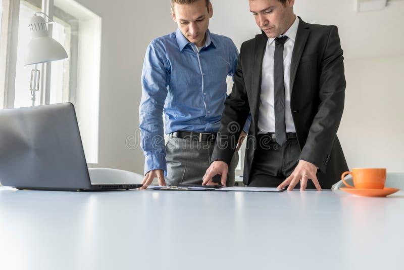 Due uomini d'affari che hanno una discussione seria fotografia stock