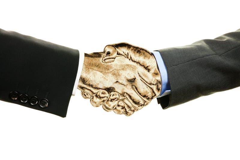 Due uomini d'affari con le mani stringere dorate isolate su fondo bianco Concetto di affari, di lavoro di squadra e di finanza fotografia stock libera da diritti