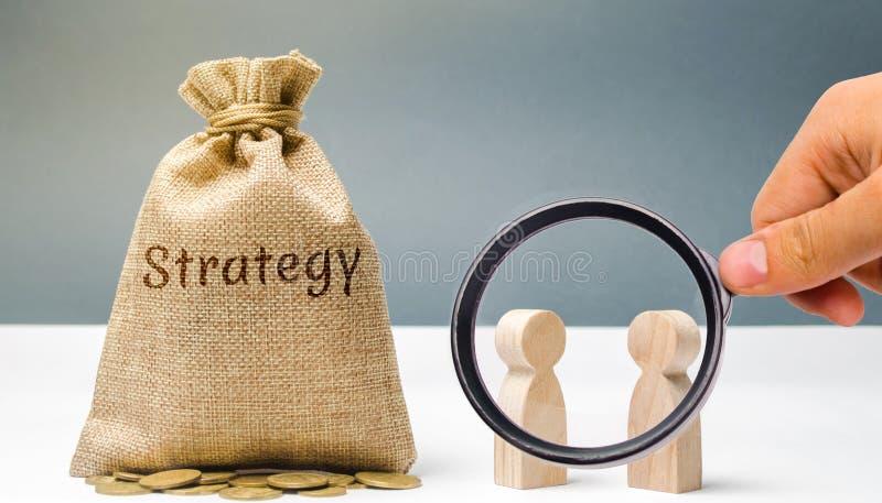 Due uomini d'affari stanno discutendo la strategia aziendale La strategia aziendale ? un modello integrato delle azioni destinate fotografia stock
