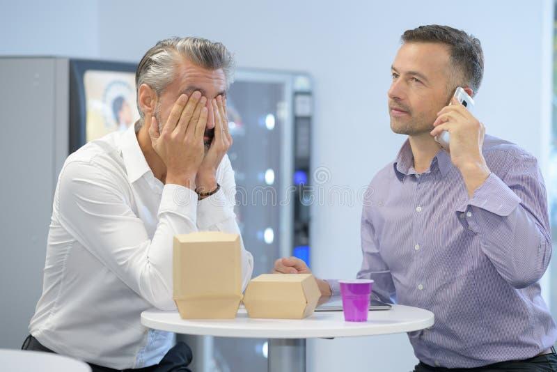 Due uomini d'affari sulla pausa caffè fotografie stock