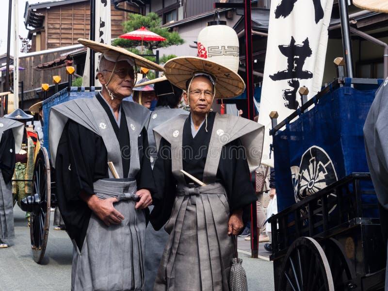 Due uomini giapponesi anziani in costumi tradizionali del samurai immagini stock libere da diritti