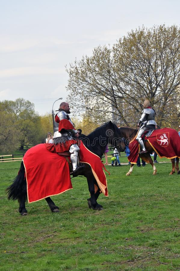 Due uomini nei cavalli storici di giro dei costumi fotografia stock