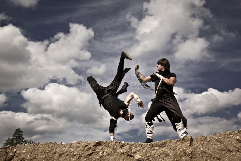 Due uomini stanno combattendo immagini stock