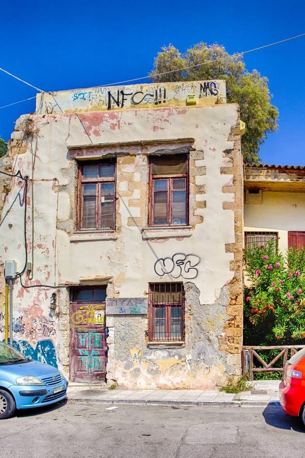 Due variopinti parcheggio davanti alla vecchia Camera con il lerciume hanno strutturato le pareti in Chania, nel 20 agosto fotografia stock