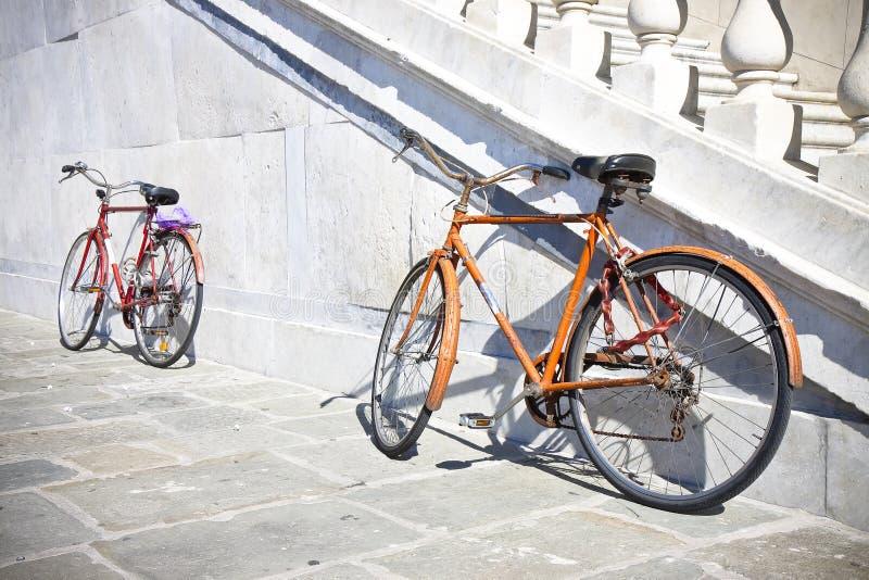 Download Due Vecchie Biciclette Arrugginite Contro Una Parete Di Marmo Fotografia Stock - Immagine di vecchio, pietra: 56891628