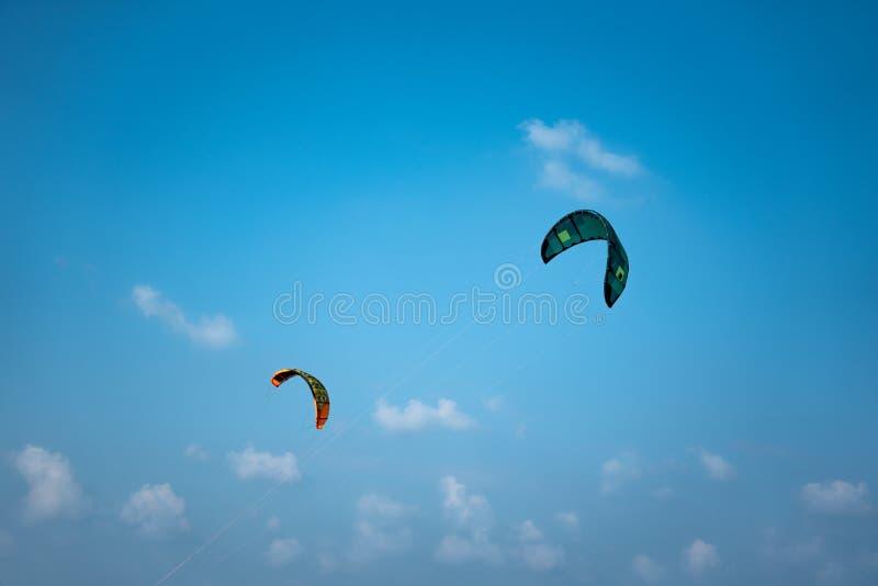 Due vele del kitesurf nel cielo blu immagini stock