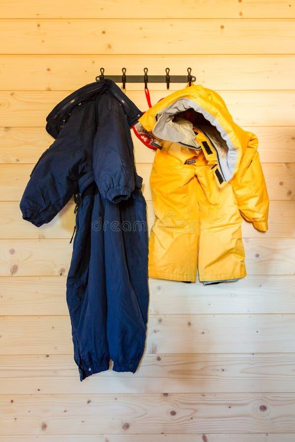 Due vestiti d'attaccatura dello sci fotografie stock