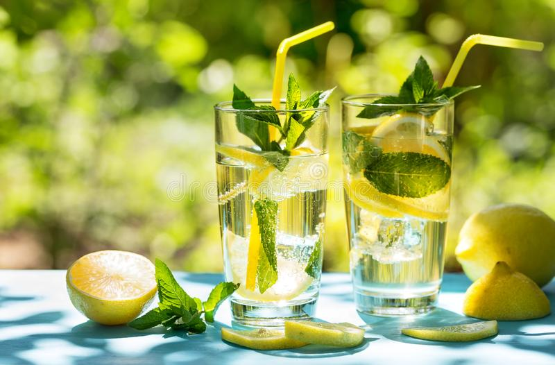 Due vetri con limonata casalinga fredda sulla tavola blu fotografia stock